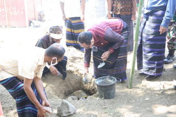 Wakil Gubernur NTT, Josef Nae Soi melakukan peletakan batu pertama pembangunan perpustakaan Desa Waturaka Kecamatan Kelimutu Kabupaten Ende-Flores, Selasa (11/8)