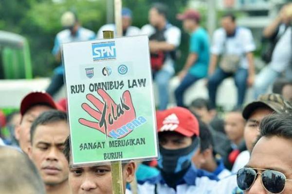 Aksi buruh menolak Omnibus Law