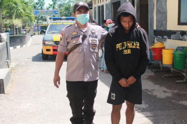 Richard Patola, pelaku penikaman saat diamankan polisi dan dibawa ke Mapolres Kupang Kota usai menikam tetangganya, Selasa (13/4/2021)