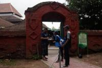 Tim Kratingdaeng di depan Masjid Agung kompleks Keraton Kasepuhan Cirebon (Foto: Ist)