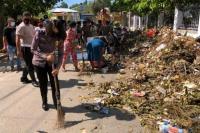 Sejumlah polisi lalu lintas dari Direktorat Lalulintas Polda NTT turun langsung bahu membahu ikut membersihkan sampah bersama warga di sejumlah wilayah di Kota Kupang usai badai Seroja.