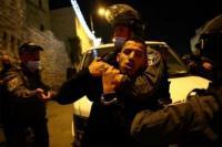 Pasukan Israel mengintervensi warga Palestina saat mereka berkumpul di sekitar Gerbang Damaskus setelah melakukan shalat Tarawih di Al-Aqsa Compound, di Yerusalem Timur pada 15 April 2021. Pasukan Israel menahan beberapa warga Palestina selama intervensi. [Mostafa Alkharouf - Anadolu Agency]