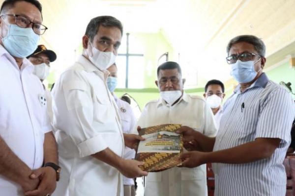Sekjen Partai Gerindra, Ahmad Muzani saat memberikan bantuan terhadap terdampak bencana NTT