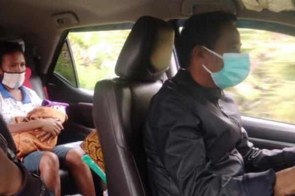 Wabil Bupati TTS, Johny Army Konay,SH,MH, nampak serius mengemudikan mobil dinasnya yang membawa jenasah bayi laki-laki korban bencana banjir dari RSUD Soe ke Desa Bena yang menempuh jarak sekitar 60 kilometer tanpa ajudan dan sopir.