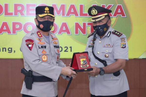Kapolda NTT Irjen Pol Lotharia Latif menyerahkan cendramata kepada mantan Kapolres Malaka AKBP Albert Neno yang telah memasuki masa pensiun terhitung 1 Mei 2021 setelah 34 tahun  mengabdi sebagai seorang Bhayangkari.