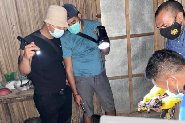 Kasat Reskrim Polres TTS Iptu Hendrica Bahtera bersama anggota sementara melakukan olah TKP kasus pembunuhan atas seorang ayah oleh anaknya.