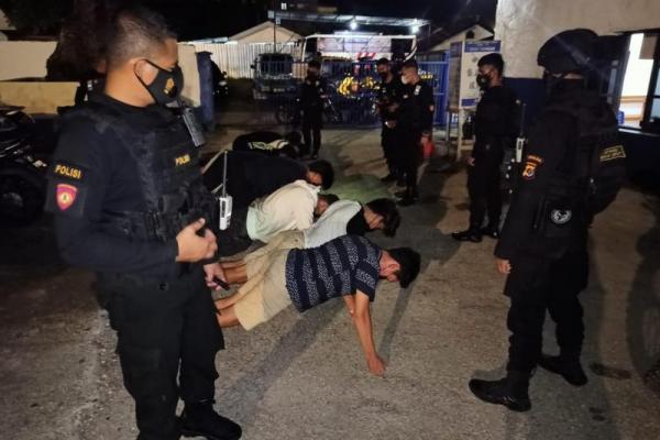 Unit Patroli Reaksi Cepat (UPRC) Direktorat Samapta Polda NTT memberi pembinaan berupa push up kepada sejumlah warga Kota Kupang yang kedapatan melakukan pelanggaran penyakit masyarakat sosial.