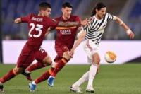Edinson Cavani melewati dua pemain AS Roma (foto: Footballnews62)