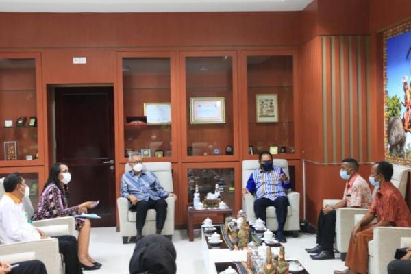 Wagub NTT Josef Nae Soi menerima Direktur Jenderal Protokol dan Konsuler Kemenlu RI, Andy Rachmianto yang melaporkan pemulangan Wilfrida Soik yang baru bebas dari hukuman mati di Malaysia.