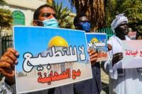 Rakyat Sudan berunjuk rasa menentang penandatanganan kesepakatan negara mereka baru-baru ini tentang normalisasi hubungan dengan Israel, di luar kantor kabinet di ibu kota Khartoum, Sudan pada 17 Januari 2021 [Mahmoud Hjaj - Anadolu Agency]