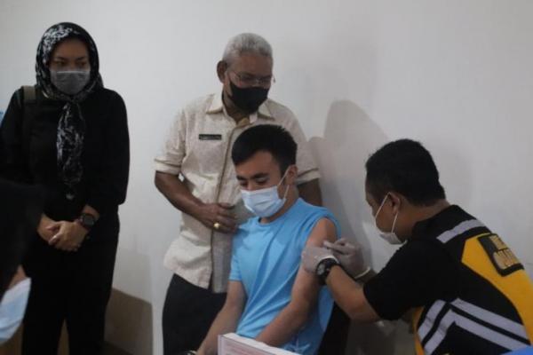 Wakil Wali Kota Kupang, dr.Hermanus Man menyaksikan vaksinasi massal Covid-19 bagi para imigran yang sementara ditampung Kota Kupang bertempat di Hotel Sasando Kupang, Sabtu (19/6/21).