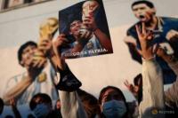 Penggemar superstar sepak bola Argentina Diego Armado Maradona merayakan ulang tahun ke-35 sang idola dari gol abad ini, melawan Inggris selama Piala Dunia 1986 yang dimainkan di Meksiko, di Buenos Aires, Argentina 22 Juni 2021. Reuters/Agustin Marcarian