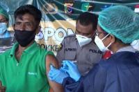 Kepolisian Daerah NTT, saat menggelar bakti kesehatan pemberian vaksin gratis bagi warga Desa Pantai Beringin, Kecamatan Sulamu Kabupaten Kupang jelang HUT ke-75 Bhayangkara..