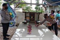 Kapolres Kupang Kota AKBP Satrya Perdana P. T Binti, SIK, didampingi Wakapolres Kupang Kota Kompol Iwan Iswahyudi S.Pd dan Ketua Bhayangkari Cabang Kupang Kota bersama pengurus Yayasan Kemala Bhayangkari ziarah ke makam Bripka Robert L. Lari Manu serta pemberian bantuan sembako kepada istri almarhum jelang perayaan  HUT ke 75 Bhayangkara tahun 2021.