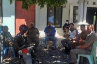 Anggota Sat Pol PP Kota Kupang saat menggelar aksi demo di Badan keuangan Kota Kupang guna menuntut tunjangan tambahan penghasilan yang belum dibayar.