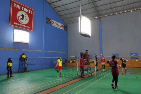 Sejumlah atlet bulutangkis PB Reformasi sementara berlatih dengan pelatih nasional Trikus Harjanto yang khusus didatangkan untuk melatih calon-calon atlit Trisakti Kupang.