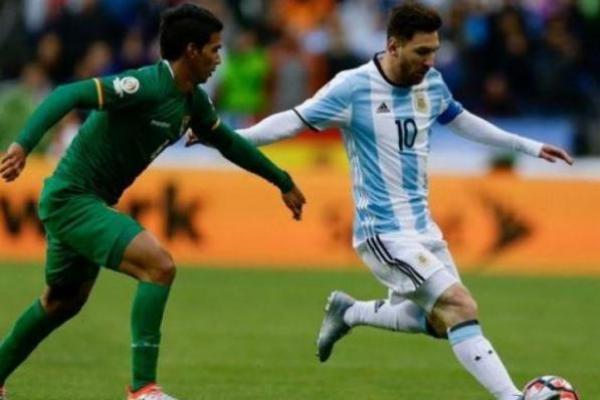 Messi coba dihadang pemain Bolivia (foto: Today24)