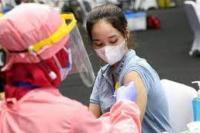 Ilustrasi. Petugas kesehatan sedang melakukan vaksinasi untuk tenaga pendidik  (foto: depokrayanews.com)