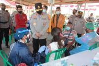 Kapolda NTT, Irjen Pol Lotharia Latif saat berdialog dengan salah seorang mahasiswi peserta vaksinasi serentak di gerai vaksin TNI-Polri di Polda NTT.