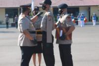 Wakapolda NTT, Brigjen Pol Ama Kliment Dwikorjanto menyematkan tanda siswa kepada perwkilan siswa sebagai tanda pembukaan pendidikan siswa bintara Polri selama tiga bulan di SPN Polda NTT.