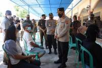 Kapolda NTT, Irjen Pol Lotharia Latif terlibat pembicaraan sejumalah warga saat meninjau meninjau pelaksanaan vaksin di Lanal Maumere saat melakukan kunjungan kerja ke Sikka.