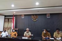 Wakil Wali Kota Kupang, Hermanus Man didampingi Sekda Kota Kupang, Fahrensy Funay memberi keterangan pers kepada pers terkait pemberlakuan PPKM level empat selama dua minggu minggu ke depan.