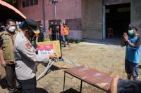 Kapolda NTT Irjen Pol Lotharia Latif menyerahkan secara simbolis bantuan sembako kepada salah satu warga Sikka yang tengah menjalani isolasi mandiri terpusat.