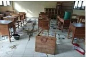 Sejumlah ruangan kelas dan tempat belajar mengajar siswa SD dan SMP satu atap di Oehani, Desa Kuaklalo, Kecamatan Taebenu, Kabupaten Kupang yang rusak parah dilakukan orang tak dikenal.