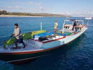 Nelayan asal Kabupaten Sabu Raijua, Leonard Lage Tuka yang hilang saat melaut akhirnya ditemukan selamat di ujung selatan Pulau Sumba oleh kapal Sinjai Cinta Mekha 04 dengan kapten kapal Riswan.