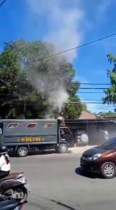 Aksi heroik Bripka Mathen Taus, anggota logistik Polres Kupang membantu memadamkan api pada kabel yang terbakar akibat gesekan di Jalan Ahmad Yani, Kelurahan Oeba Kecamatan Kota Lama.