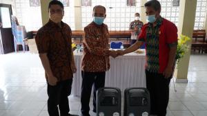 Wali Kota Kupang, Dr. Jefirstson R. Riwu Kore didampingi anggota DPRD Kota Kupang, Djainudin Lonek saat menyerahkan bantuan konsentrator oksigen kepada Rutan Klas 2B Kupang yang diterima Kepala Rutan Klas 2B Kupang, Muhammad Rizal Fuadi.