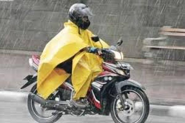Ilustrasi. Pengendara motor mengenakan jas hujan (foto: motorplus-online.com)