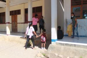 Sejumlah orang tua dan siswa terpaksa pulang karena ruang kelas dalam keadaan rusak parah hingga kegiatan belajar mengajar diliburkan.