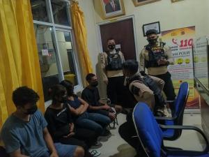 Patroli Raimas Pleton 3 Direktorat Sabhara Polda NTT saat mengamankan 4 remaja pelaku prostitusi online di Mapolda NTT.