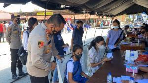 Kapolres Sumba Barat, AKBP FX Irwan Arianto nampak berdialog dengan salah satu peserta vaksin merdeka milenial tahap kedua yang sementara menjalani pemeriksaan kesehatan.