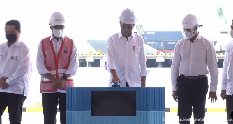 Presiden Joko Widodo didampingi Gubernur NTT, Viktor Bungtilu Laiskodat saat menekan sirene sebagai tanda telah diresmikannya meresmikan Terminal Multipurpose Wae Kelambu di Labuan Bajo Kabupaten Manggarai Barat.