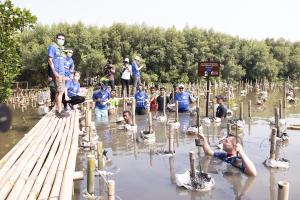 Delegasi uni Eropa saat melakukan aksi penanaman anakan mangrove di TWA Angke, Sabtu (16/10/2021).