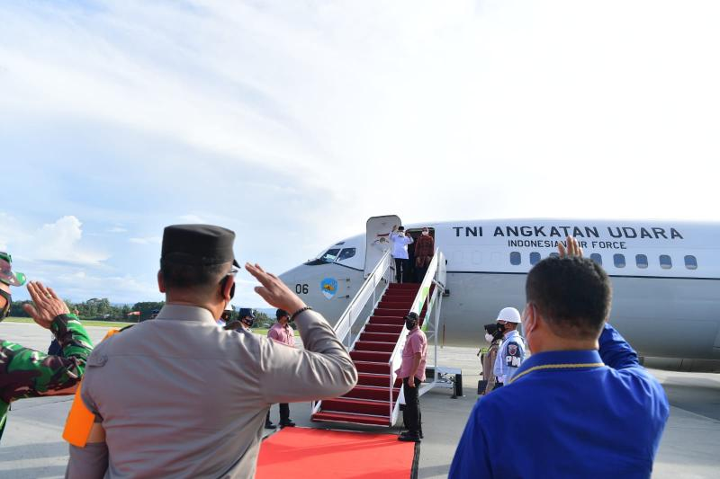 Wapres Maruf Amin bersama istri Hj. Wury Maruf Amin saat bertolak dari Jayapura Papua menggunakan pesawat khusus kepresidenan Boeing 737-400 TNI AU ke Kupang-Nusa Tenggara Timur.
