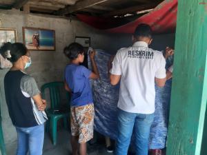 Jenasah Felipus Suenan, saat dievakuasi tim medis dari tim medis Puskesmas Situmori dan anggota Polsek Rote Timur.