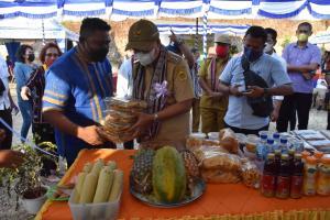 Wali Kota Kupang, Jefri Riwu Kore memborong sejumlah kuliner yang di jual pusat kuliner Loti Klasis Kota Kupang Timur.