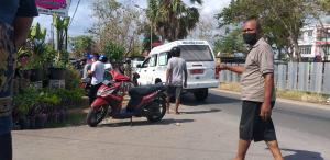 Mobil jenazah dari RSUD Prof Dr WZ Johannes Kupang tiba di TKP dan langsung mengevakuasi jenazah ke mobil ambulance.