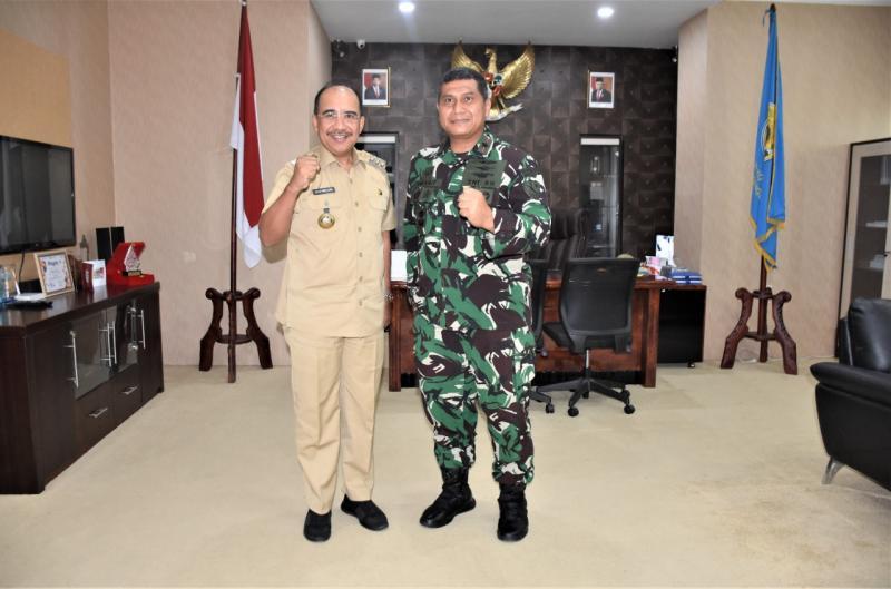 Wali Kota Kupang, Dr. Jefirstson R. Riwu Kore saat menerima Danlanud El Tari, Umar Fathurrohman di ruang kerjanya, Senin (25/10/2021).
